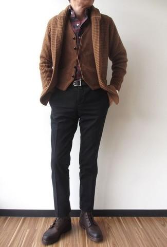 Cómo combinar: cárdigan con cuello chal marrón, chaleco de vestir de lana marrón, camisa de manga larga de tartán burdeos, pantalón de vestir negro