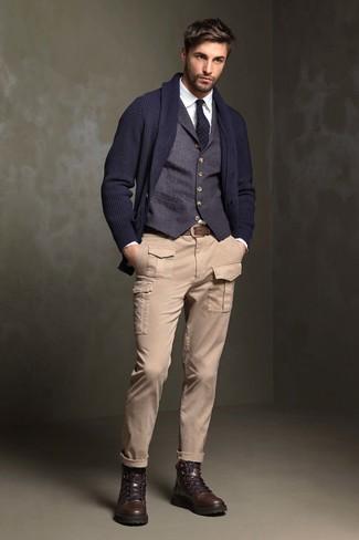 Cómo combinar: cárdigan con cuello chal azul marino, chaleco de vestir azul marino, camisa de vestir blanca, pantalón cargo en beige