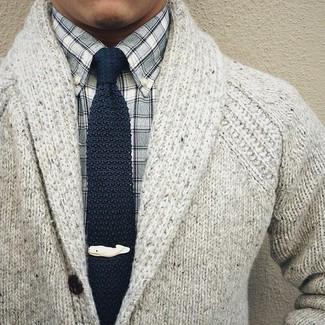 Cómo combinar: cárdigan con cuello chal de punto gris, camisa de manga larga de cuadro vichy gris, corbata de punto azul marino