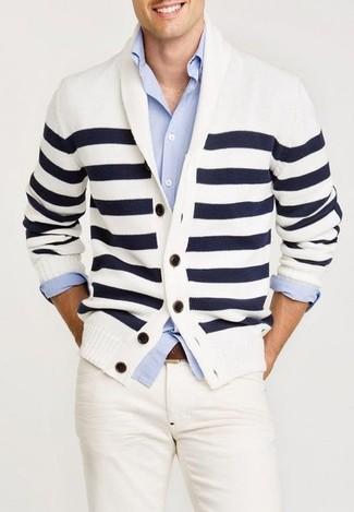 Cómo combinar: cárdigan con cuello chal de rayas horizontales en blanco y azul marino, camisa de manga larga celeste, vaqueros blancos, correa de cuero marrón