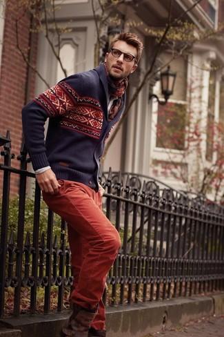 Cómo combinar: cárdigan con cuello chal de grecas alpinos en violeta, vaqueros de pana rojos, botas casual de cuero en marrón oscuro, bufanda de tartán burdeos