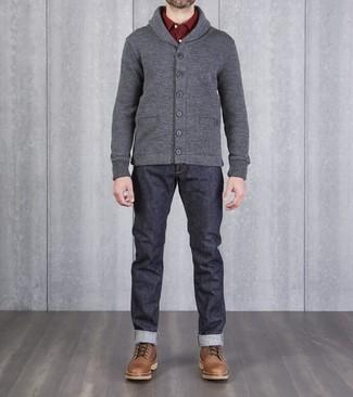 Cómo combinar: cárdigan con cuello chal gris, camisa de manga larga burdeos, vaqueros azul marino, botas casual de cuero marrónes