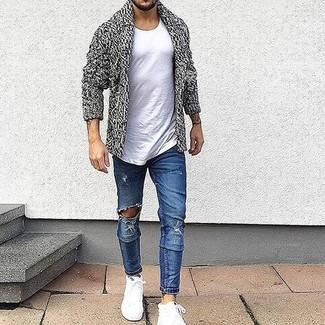 Cómo combinar: cárdigan con cuello chal gris, camiseta con cuello circular blanca, vaqueros pitillo desgastados azules, zapatillas altas blancas