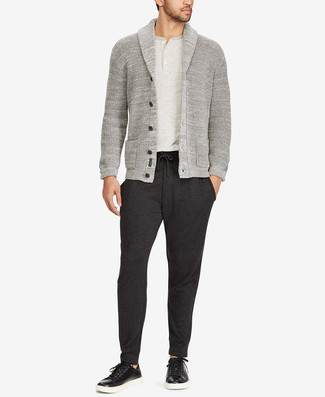 Cómo combinar: cárdigan con cuello chal gris, camiseta henley gris, pantalón de chándal en gris oscuro, tenis de cuero negros