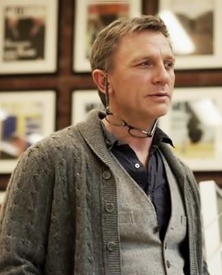 Cómo combinar: cárdigan con cuello chal gris, chaleco de vestir de lana gris, camisa de manga larga negra