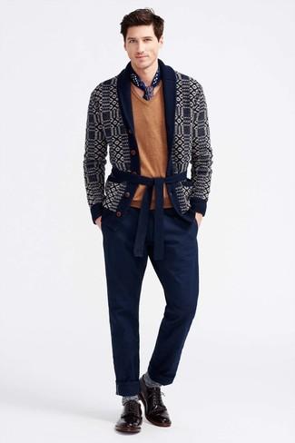 Cómo combinar: cárdigan con cuello chal estampado azul marino, jersey de pico marrón claro, pantalón chino azul marino, zapatos derby de cuero burdeos