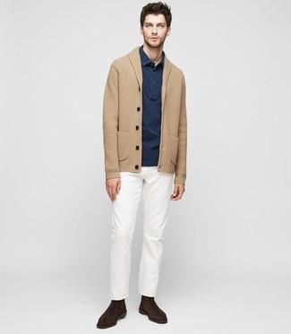 Cómo combinar: cárdigan con cuello chal marrón claro, camisa polo azul marino, pantalón chino blanco, botines chelsea de ante en marrón oscuro
