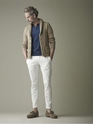 Cómo combinar: cárdigan con cuello chal marrón claro, camiseta henley azul marino, pantalón chino blanco, mocasín con borlas de ante verde oliva