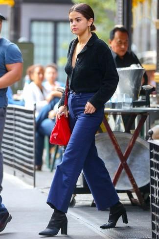 Cómo combinar: cárdigan con cuello chal negro, pantalones anchos vaqueros azules, botines de satén negros, bolsa tote de cuero roja