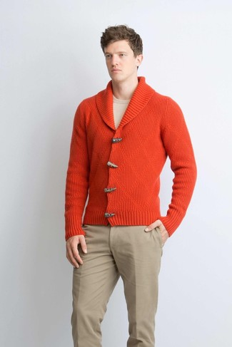 Cómo combinar: cárdigan con cuello chal rojo, jersey con cuello circular en beige, pantalón chino marrón claro