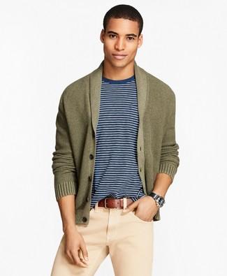 Cómo combinar: cárdigan con cuello chal verde oliva, camiseta con cuello circular en blanco y azul marino, pantalón chino en beige, correa de cuero marrón