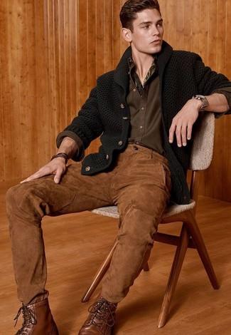Cómo combinar: cárdigan con cuello chal verde oscuro, camisa de manga larga verde oliva, pantalón chino marrón, botas casual de cuero marrónes