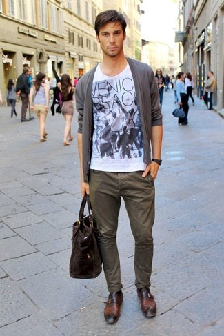 How to Wear a White Print Crew-neck T-shirt For Men: A white print crew-neck t-shirt and olive chinos will inject your day-to-day repertoire this casually dapper vibe. For footwear, you can stick to the classic route with a pair of dark brown leather monks.