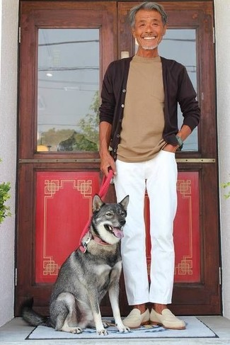 How to wear: dark brown cardigan, tan crew-neck t-shirt, white chinos, beige suede loafers