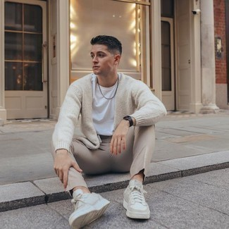 Beige Canvas Low Top Sneakers Outfits For Men: For a look that's extremely easy but can be flaunted in a myriad of different ways, consider wearing a beige cardigan and beige chinos. Does this outfit feel all-too-fancy? Let beige canvas low top sneakers change things up a bit.