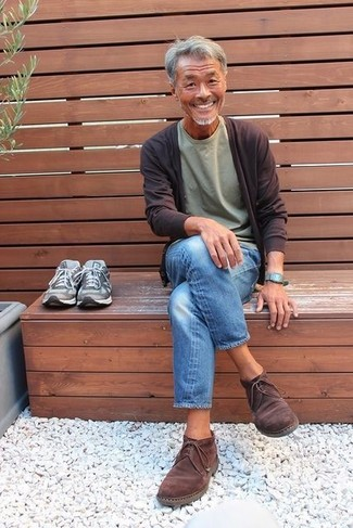 How to wear: dark brown cardigan, olive crew-neck t-shirt, blue jeans, dark brown suede desert boots