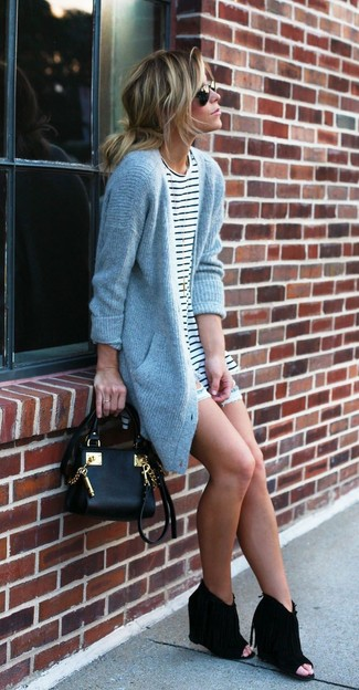 This combo of a grey knit cardigan and shorts spells comfort and style. Black cutout suede wedge ankle boots look awesome here. It is indeed possible to look light and breezy under the unbearable heat. The proof is right here.