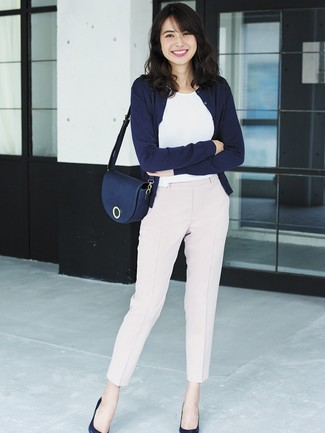 Dress in a navy cardigan and pink tapered pants for a work-approved look. Finish off your look with navy blue leather pumps.