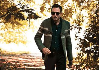 Cómo combinar: cárdigan de grecas alpinos verde oliva, camisa de manga larga negra, pantalón chino negro