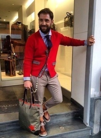How to Wear an Olive Canvas Tote Bag For Men: The versatility of a red cardigan and an olive canvas tote bag guarantees they will be on high rotation in your menswear arsenal. If you need to instantly up the ante of your outfit with footwear, why not round off with brown leather desert boots?