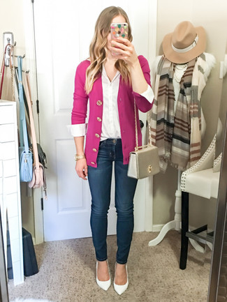 How to Wear a Pink Cardigan In a Dressy Way For Women: This relaxed casual combo of a pink cardigan and navy skinny jeans is a foolproof option when you need to look stylish in a flash. If you're on the fence about how to round off, a pair of white leather pumps is a nice idea.
