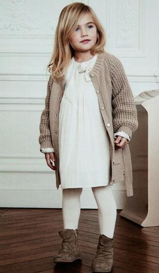 Cómo combinar: cárdigan de punto en beige, vestido blanco, botas de ante marrónes, medias blancas