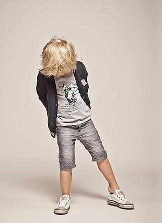 Cómo combinar: cárdigan en gris oscuro, camiseta gris, pantalones cortos grises, zapatillas blancas