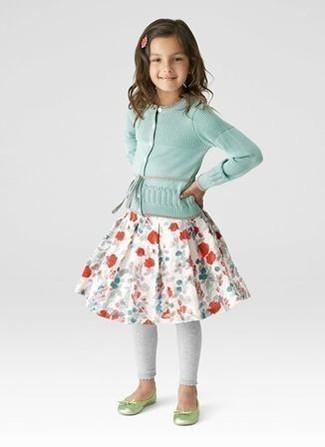Cómo combinar: cárdigan en verde menta, falda con print de flores blanca, leggings grises, bailarinas en amarillo verdoso