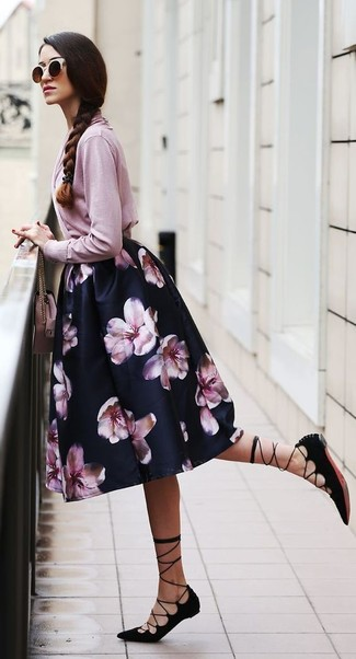Cómo combinar: cárdigan rosado, falda campana con print de flores negra, sandalias romanas de ante negras, bolso bandolera de cuero rosado