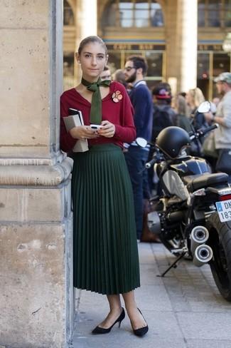 Cómo combinar: cárdigan rojo, falda midi plisada verde oscuro, zapatos de tacón de ante negros, corbata verde oliva