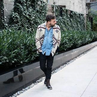 Cómo combinar: cárdigan estampado gris, camisa vaquera celeste, pantalón chino negro, botas casual de cuero en marrón oscuro