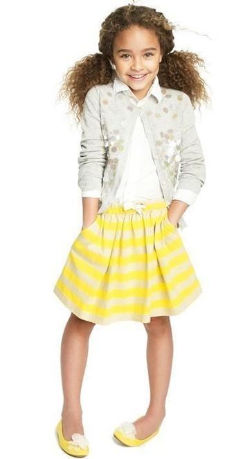 Tenue: Cardigan orné gris, Chemise de ville blanche, Jupe à rayures horizontales jaune, Ballerines jaunes
