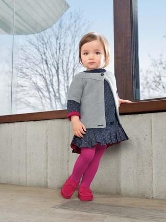 Cómo combinar: cárdigan gris, vestido a lunares azul marino, mocasín rosa, medias rosa