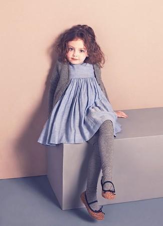 Cómo combinar: cárdigan gris, vestido de lino celeste, bailarinas marrónes, medias grises
