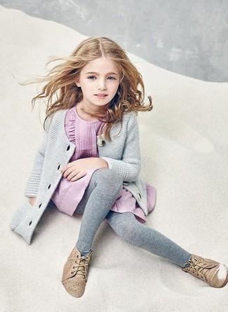 Cómo combinar: cárdigan gris, vestido rosado, botas safari marrón claro, medias grises