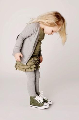 Cómo combinar: cárdigan gris, vestido verde oliva, leggings grises, zapatillas verde oliva