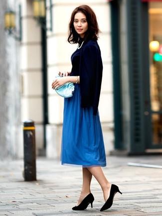 Cómo combinar: cárdigan azul marino, jersey de cuello alto azul marino, falda midi plisada azul, zapatos de tacón de ante negros