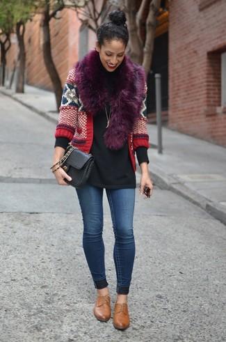 Cómo combinar: cárdigan de grecas alpinos rojo, jersey de cuello alto negro, vaqueros pitillo azules, zapatos oxford de cuero marrónes