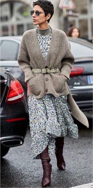 Cómo combinar: cárdigan de punto marrón, jersey de cuello alto gris, vestido midi con print de flores celeste, botas de caña alta de cuero en marrón oscuro