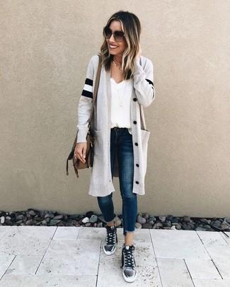 Cómo combinar: cárdigan largo gris, camiseta sin manga de seda blanca, vaqueros pitillo azul marino, zapatillas altas plateadas