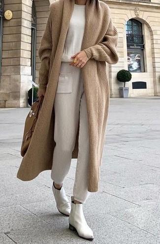 Cómo combinar: cárdigan largo marrón claro, jersey con cuello circular en beige, pantalón de chándal en beige, botines chelsea de cuero blancos