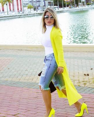 Cómo combinar: cárdigan largo en amarillo verdoso, jersey de cuello alto blanco, bermudas vaqueras desgastadas celestes, zapatos de tacón de cuero en amarillo verdoso