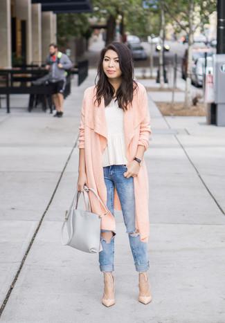 Cómo combinar: cárdigan largo rosado, top con sobrefalda blanco, vaqueros pitillo desgastados azules, zapatos de tacón de cuero en beige