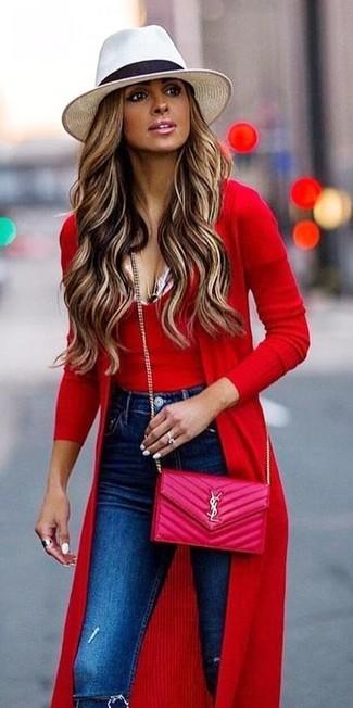 Comment porter: cardigan long rouge, débardeur en laine rouge, jean skinny déchiré bleu, sac bandoulière en cuir matelassé fuchsia