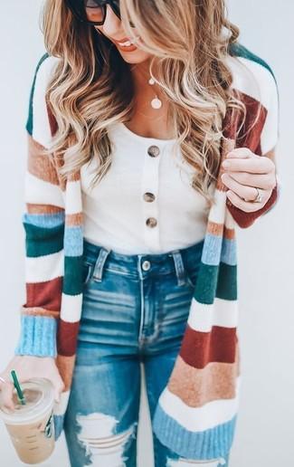 Comment porter: cardigan long à rayures horizontales multicolore, t-shirt à col rond blanc, jean skinny déchiré bleu, lunettes de soleil noires