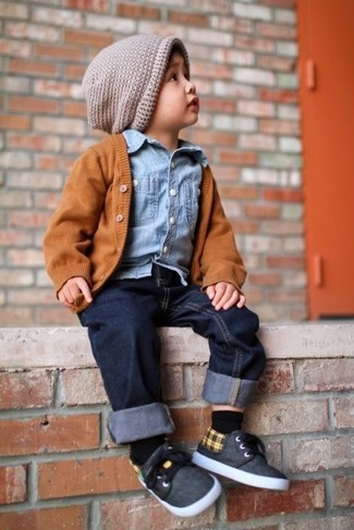 How to wear: orange cardigan, light blue denim long sleeve shirt, navy jeans, charcoal sneakers