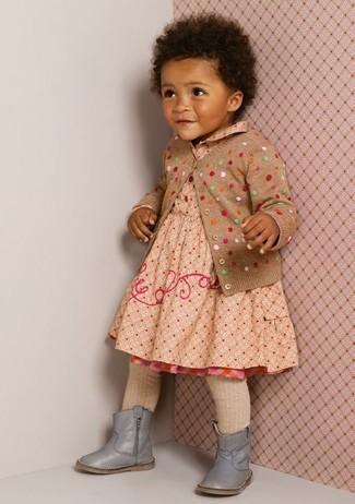 Cómo combinar: cárdigan a lunares marrón claro, vestido a lunares en beige, botas grises, medias en beige