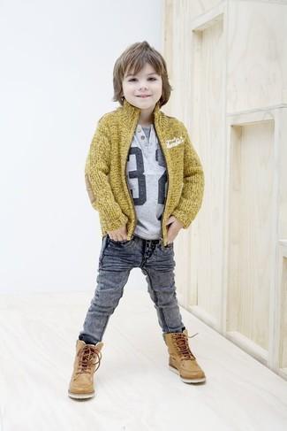 Cómo combinar: cárdigan mostaza, camiseta estampada gris, vaqueros grises, botas de cuero marrón claro