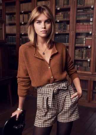 Cómo combinar: cárdigan marrón, pantalones cortos a cuadros en beige, colgante dorado, pulsera blanca