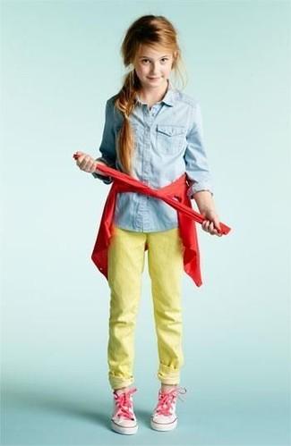 Cómo combinar: cárdigan rojo, camisa de vestir vaquera celeste, vaqueros amarillos, zapatillas rosadas